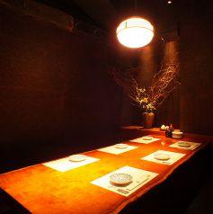 堀りごたつ個室シックな店内は新宿東口の居酒屋でも珍しい完全個室空間。繊細な和食を召し上がりながらご宴会を。新宿東口の個室居酒屋でご宴会、接待、和食を。【新宿東口 個室 居酒屋 宴会 接待 飲み放題 団体 貸切 しゃぶしゃぶ 新年会】