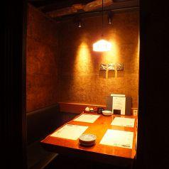 テーブル個室シックな店内は新宿東口の居酒屋でも珍しい完全個室空間。繊細な和食を召し上がりながらご宴会を。新宿東口の個室居酒屋でご宴会、接待、和食を。【新宿東口 個室 居酒屋 宴会 接待 飲み放題 団体 貸切 しゃぶしゃぶ】