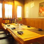 【1Fテーブル】ゆったり木のぬくもりの有るテーブル席も。モダンな雰囲気の店内なのでデートや合コン、女子会にも最適◎毎日朝まで営業しておりますので仲間との会話が盛り上がること間違いなしです!