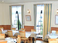 とても大きな窓があり、開放的なくつろぎの空間でお料理をお楽しみいただけます。
