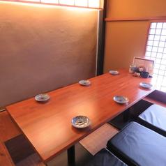 扉と壁つきのテーブル個室。