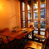 入り口付近の外が見えるテーブル席は木の温もりに囲まれたどこか落ち着くお席となっております。