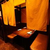 オープン席としてもご利用いただけるテーブル席はすだれをおろせば個室に早変わり。(1F)