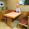 ご家族やご友人とお食事するのにピッタリのお席。仕切りに囲まれているのでプライベート感もあります。