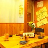 【1Fテーブル】お仕事帰りのサク飲みもぴったりです!中人数様にも快適なお席へご案内致します。ゆったりとしたお席なので足を伸ばしてのんびりとお食事をご堪能頂けます。