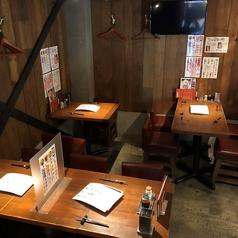【デート向け】1階テーブル席は4名様~12名様まで。ウッディな調度品にハイチェア、湘南リゾートらしいおしゃれな空間をご用意しました。