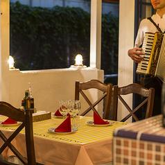 窓際のテーブル席(2名~6名様)◆雰囲気抜群!暖かい日は半テラスでご案内も♪