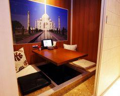 世界各国壁画のある個室2名席