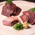 料理メニュー写真馬ロースの生ハム・馬タンの燻製・フタエゴの燻製 3点盛
