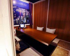 世界各国壁画のある個室4名席