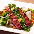 料理メニュー写真サーロインステーキの彩りサラダ仕立て