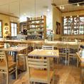 木の温もりが心地よい店内は総席数98席と広々!