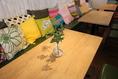 柔らかい色の木目のテーブルは、広々としていて、ゆったりとしています。