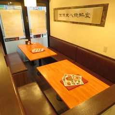 入口付近に囲いがある6名テーブルが2卓あります。家族でのお食事や学校、仕事帰りに当店へお越しください。