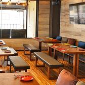 背もたれソファとおしゃれクッション。シックな木製テーブル。室内オープンフロア席になります。   【心斎橋/なんば/宴会/飲み会/歓迎会/女子会/KPOP/サムギョプサル/チーズタッカルビ】