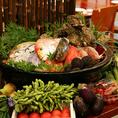 産地直送!全国各地の旬食材を使用!!鮮度や質にこだわり抜いた魚介は、千葉や築地から確かな目利きで毎日仕入れます。獲れたての魚介の味をそのまま楽しめるお刺身を始め、焼物・煮物など、素材が持つ美味しさを最大限に楽しめる調理法でご提供致します。産地直送!全国各地の旬食材!!