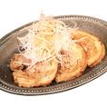 箸で切れるトロトロチャーシュー。特製の醤油ダレでじっくり長時間煮込み、味がしっかりと染み込んでいます。