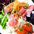 料理メニュー写真パルマ産生ハムシーザーサラダ
