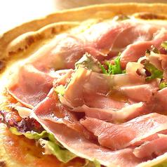 料理メニュー写真イタリア産生ハムとルッコラのピッツァ