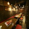 【団体貸切】肉寿司のテーブル席は最大16名まで横一列でお食事が楽しめます!カウンター席、8席。テーブル席は2名×17席。更に30名様以上で事前予約を頂きますと貸切でのご利用も可能となっております。詳しくは電話にてお問い合わせ下さい。【大宮 肉寿司 馬刺し 居酒屋 鍋 肉 寿司 日本酒】
