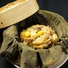 料理メニュー写真ハーブ鶏とキノコのハス包み蒸しご飯
