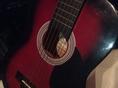 小さなギターを置いてあります。中学校や高校の時代に触れた方も多くいらっしゃるのではないでしょうか?実は、探偵物語の「夜汽車できたあいつ」の回で松田優作と水谷豊が飲みながらギターで歌っているシーンに憧れています。そんな昭和の匂いをお店に作ってくれるアイテムなのかも