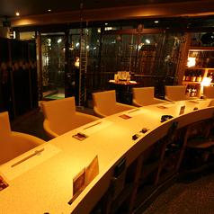 新横浜『澄仙(すみせん)』では、ソファー席のラグジュアリーなカウンター完備。デートや、会社の仲間とゆったり…。大人の時間をお楽しみください。