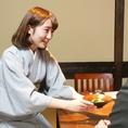 【和装のスタッフが心を込めておもてなし】和装のスタッフがいるので、日本の伝統的なムードがたっぷり☆外国人をもてなす接待・会食にもオススメです。最大100名様まで収容可能な大型宴会場ございます!大人数での宴会や打ち上げ、パーティなどに最適!広々としたお席でゆったりとお過ごし下さい。