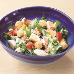 料理メニュー写真かにと玉子のシーザーサラダ