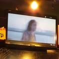 【3方向に大きなスクーリン!】当店には3方向に大きなスクリーンを完備!人気のK-POPのミュージックビデオで店内を盛り上げます!宴会や貸切パーティーにも大活躍★