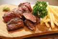 料理メニュー写真牛サガリステーキとフライドポテト