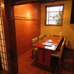 窓は異国情緒あふれる長崎らしく、ステンドグラスを使用。少し大人な雰囲気で、ご飲食をお楽しみいただけます。