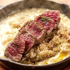 熱々チーズがとろけるガーリックライス肉のっけ