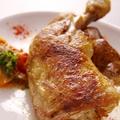 料理メニュー写真骨付きトリもも肉のオーブン焼き/米ナスとトマトのチーズグラタン