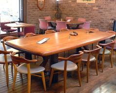 店内の大テーブルです。8名~12名様までの大人数でもご利用いただけます。