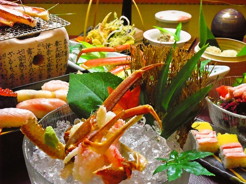 法要から各種飲み会など宴会に幅広く対応可能。新鮮なカニや魚介料理を楽しめる店。