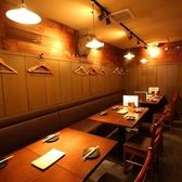 店内奥のテーブル席。仕事終わりの飲み会や仲間内での飲み会など少人数から10名様以上までお使いいただける人気席です◎カウンター後ろにも4名様掛けテーブル席あります。