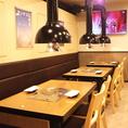 【陽の光が入るフロア】2Fフロアはテーブル席が30席、少人数のグループや接待などにもおすすめです。テーブルは移動できるので、人数に合わせたテーブルアレンジも可能です。広々とした店内で心ゆくまでお食事をお愉しみ下さい。