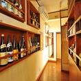 店内には日本酒や焼酎がずらりと並んでいます。常連様のボトルキープもOK。