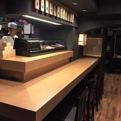 【カウンター席】オープンキッチンとなっているカウンター席では、当店の板前が職人技で握る姿を見ながらお食事をお楽しみ頂けます!心躍る宝石箱のようなショーケースには、豊洲市場で仕入れるネタがずらりと並んでおります!
