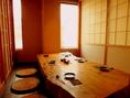 入口右手にございます完全個室のお席です。お写真は6名様までの完全個室の席です。