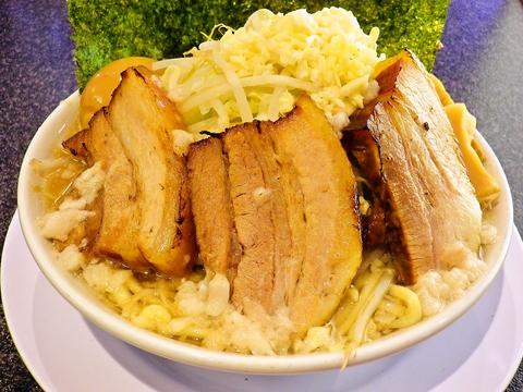 弾力ある太麺が特徴の二郎系ラーメン。ボリューム満点でガッツリ派の胃袋も大満足。