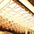 ワイングラスが、窓ぎわから差し込み光に反射しキラキラ輝きます♪