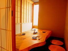 入口右手にございます完全個室のお席です。お写真は4名様までの完全個室の席です。