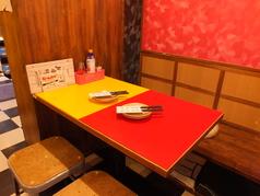 ゆったり座れるテーブル席も多数