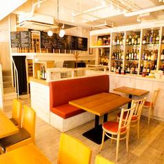 4人掛けのテーブル席はちょっとした飲み会にぴったり♪ワインボトルに囲まれてお洒落な雰囲気の店内で、豊富なワインと北海道料理をお楽しみください。特に北海道名物のザンギは、お酒との相性も抜群でオススメです。+200円でグリュイエールチーズをトッピングしても◎(名駅/チーズ/韓国/パネチキン/タピオカ)