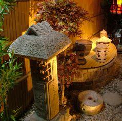 完全個室を一歩出ると和の庭園が目の前に