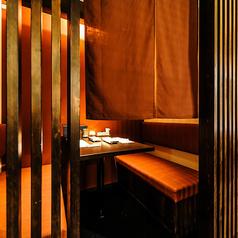 ◇雰囲気抜群◇1階に3室ご用意する半個室は3名様までお過ごしいただけます。入り口は格子戸と暖簾があるのでプライベート感満載。