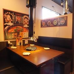 4名様のテーブル席。間仕切りがあるので個室感覚でご利用頂けます。