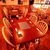 木の温もりが溢れる、ほっと落ち着く店内。座り心地の良いテーブル席で時間を忘れて愉しんで♪